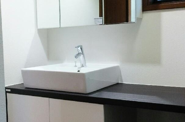 ベッセルタイプ洗面台でシックな洗面所にリフォーム