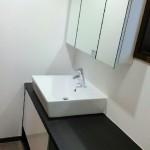 ベッセルタイプ洗面台。ベッセルとはカウンターの上に置いたような感じになる洗面器のことを言うようです。シックにまとまりました。