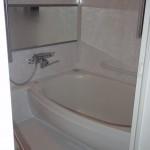 リフォーム後。丸い、段差の少ない浴槽は広く感じます。壁は目地のないカビの生えにくいパネル。