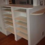 カウンター下部の可動棚。棚の高さを変えられるので非常に便利。