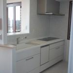 リフォーム後のキッチン。吊戸をなくし開放的に。キッチンはホワイト系で清潔なイメージに。とても明るくなりました。