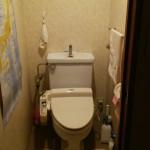 リフォーム前のトイレ、リフォーム後と比べると狭い感じがします。