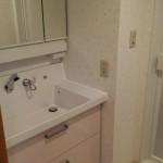 洗面台の上に置いてあった化粧品などがすっきりと収納の中に納まりました。