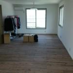 間仕切り壁をとって二つの部屋を広い一つの部屋にしました。こちらも床を張替ました。ブティックのようです。