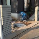 M様、建て替え前の家の門柱と同じ(和風)イメージでというご希望でいらしたのでみかげ石風の表面処理をほどこしたブロックをご提案しました。上品で清楚な門袖が再現されました。