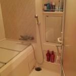 リフォーム前のユニットバス。浴槽のへの跨ぎの高さも高く高齢者向けとは言えません。