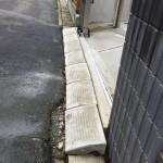道路が浸水してしまうことがるため駐車場の高さを少し高くし、その段差を厚みのある側溝の蓋で解消しています。
