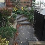 リフォーム前、玄関へのアプローチ。階段です。