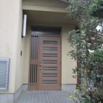 リフォーム前の玄関ドア。ドアの上に欄間があります。