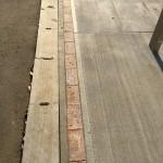 駐車場の淵にレンガを設置し統一感を出します。境界を示す目印にもなります。