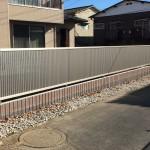 長い道路境界ブロックフェンスは、色を変えて。