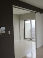 間仕切り壁を取り払い、3枚引き戸をつけシーンによって自由な空間づくりが可能に!