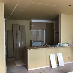 キッチン上部吊戸なし。背面収納ついています。食器棚と家電収納。